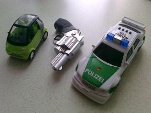 Miniautó, pisztoly, és rendőrautó